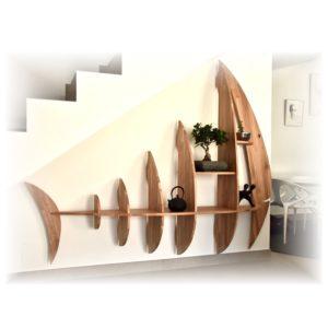 grande étagère poisson en bois massif sous escalier