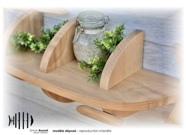 étagère hareng vue rapprochée avec pot à épices et plantes vertes
