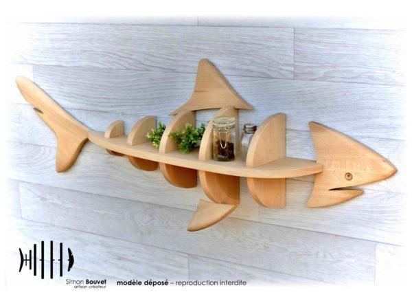 étagère murale en forme de requin avec pots à épices et plantes d'ornements