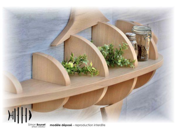 étagère requin vue rapprochée avec pots à épices et plantes vertes