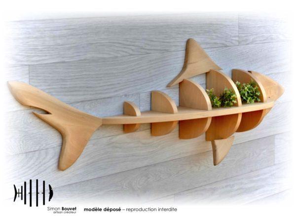 étagère requin vue arrière avec plantes vertes
