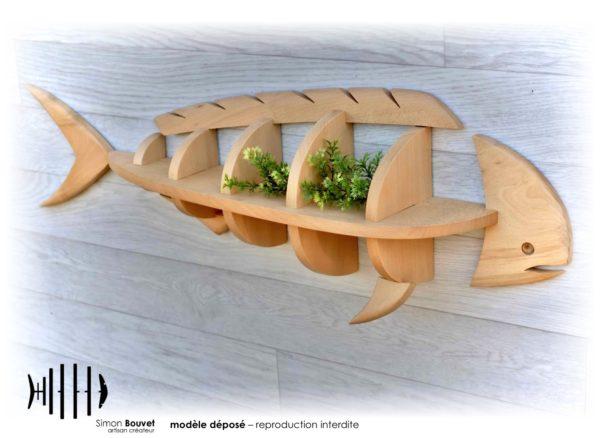 étagère en forme de dorade coryphène avec plantes d'ornement