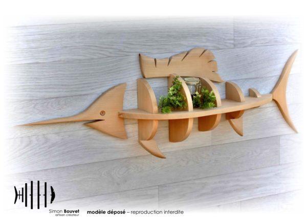 étagère murale en forme d'espadon avec un pot à épices et plantes vertes