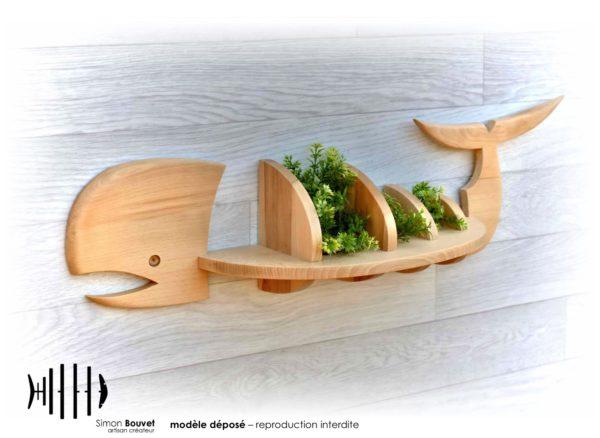 étagère murale en forme de baleine en bois massif avec des plantes d'ornements