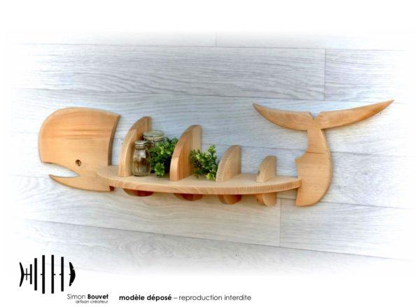 étagère baleine vue arrière avec des plantes d'ornements et des pots à épices