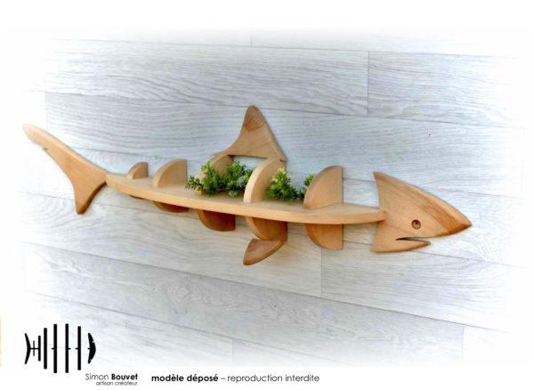 étagère murale en forme de requin en bois massif avec des plantes d'ornements