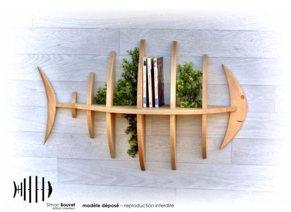 étagère poisson 80cm vue de face avec livres et plantes vertes