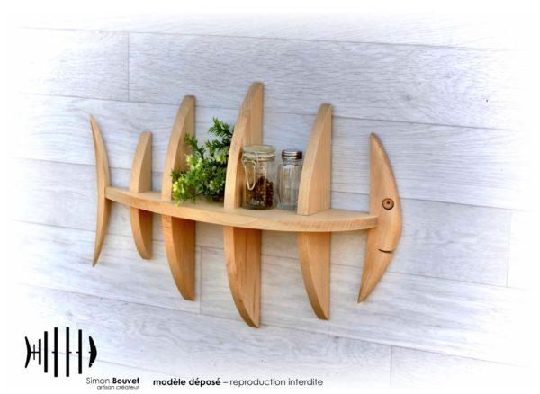 étagère poisson 50cm vue avant avec pots à épices et plantes vertes