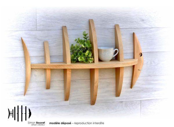 étagère poisson 50cm vue de face avec une tasse et une plantes vertes