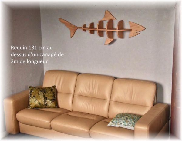 étagère requin 131cm au dessus d'un canapé de 2m de longueur