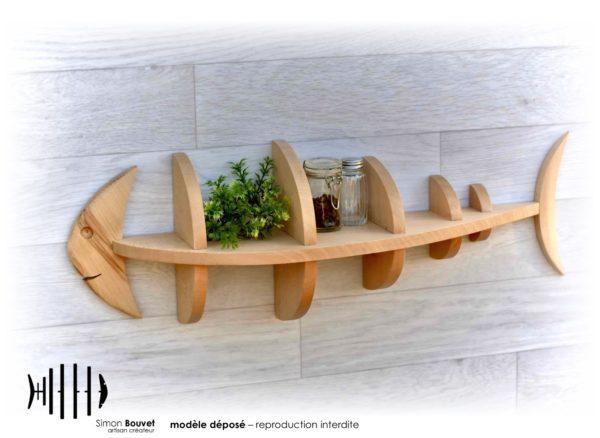 étagère poisson 66cm vue de devant avec pots à épices et plantes vertes