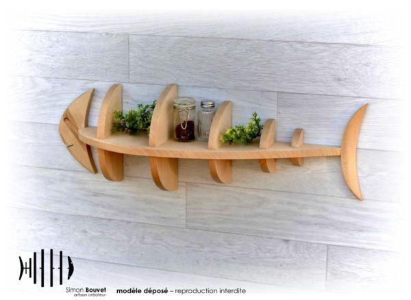 étagère poisson 66cm vue arrière avec pots à épices et plantes vertes