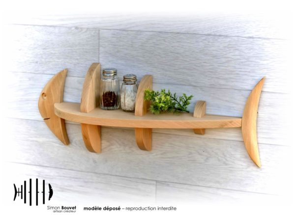étagère poisson 46cm vue arrière avec pots à épices et plantes vertes