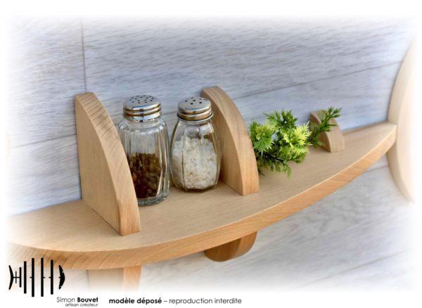 étagère poisson 46cm vue rapprochée avec pots à épices et plantes vertes