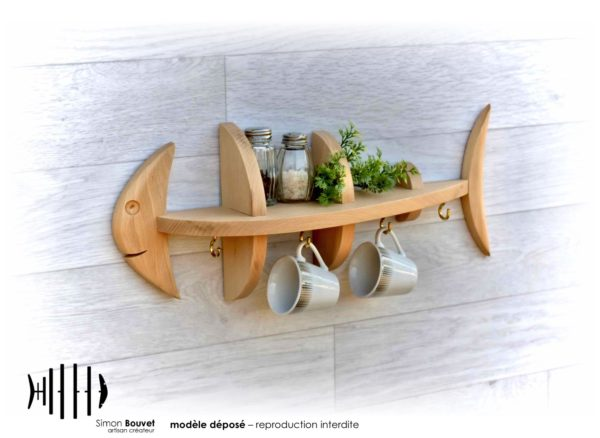 étagère poisson 46cm vue de devant avec pots à épices plantes vertes et tasses suspendues sur crochets
