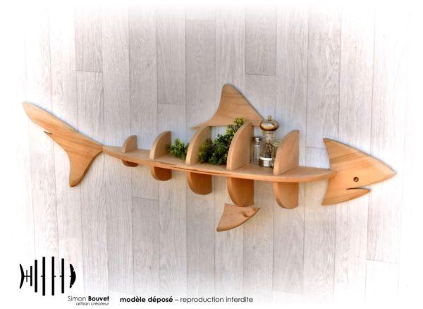 étagère requin 130cm vue de profil avec pots à épices et plantes vertes.