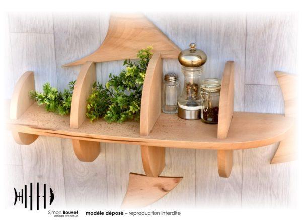 étagère requin 130cm vue rapprochée avec pots à épices et plantes vertes.