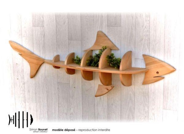 étagère requin 130cm vue de profil avec plantes vertes.