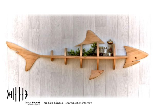 étagère requin 130cm vue de face avec pots à épices et plantes vertes.