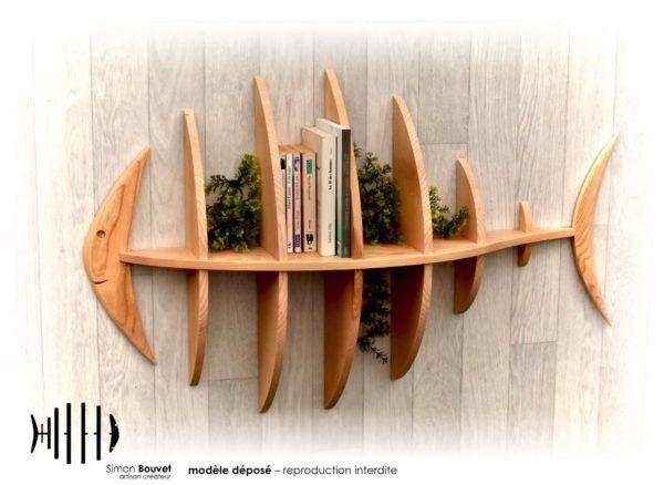 étagère poisson 103cm vue de face avec livres et plantes vertes