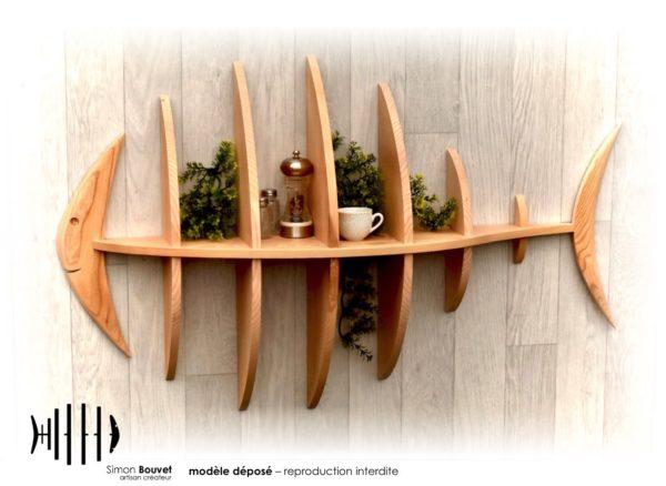 étagère poisson 103cm vue de face avec pots à épices et plantes vertes