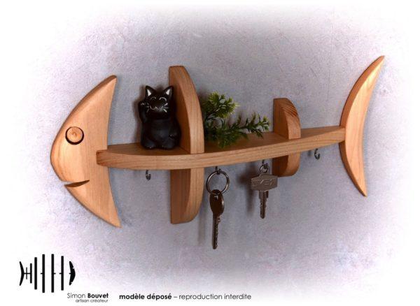 petite étagère murale en forme de poisson avec crochet porte-clés et une petite sculpture